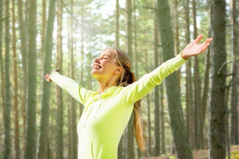 Под потолком: Что такое «воздушная йога» и как она работает — Wonderzine
