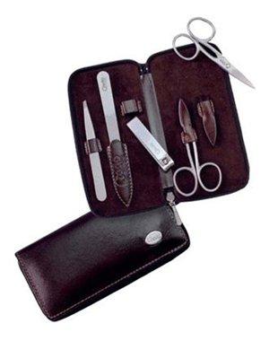 Credo Маникюрный набор Дуомо Европа №5Наборы средств для маникюра<br>Набор из 5 инструментов в удобном чехле из гладкой кожи включает в себя высококачественные инструменты Credo, которые обладают функцией самозаточки, стильно выглядят и прослужат Вам долгие годы!<br><br>Бренды: Solingen CREDO<br>Вид товара: Инструмент для маникюра<br>Область ухода: Руки, Ногти<br>Назначение: Придание формы ногтям, Удаление огрубевшей кожи