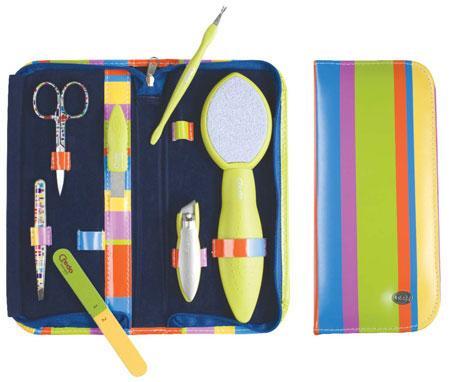 Credo Набор для маникюра и педикюра комплект из 7 предметов Pop ArtПодарочные наборы<br>Маникюрно-педикюрный набор из 7 предметов Pop Art – это яркий аксессуар, который незаменим в любом доме. Надежные инструменты, высокое качество стали, кожаный чехол не оставят Вас равнодушными!<br><br>Бренды: Solingen CREDO<br>Область ухода: Руки, Ноги, Ногти<br>Назначение: Придание формы ногтям, Удаление огрубевшей кожи